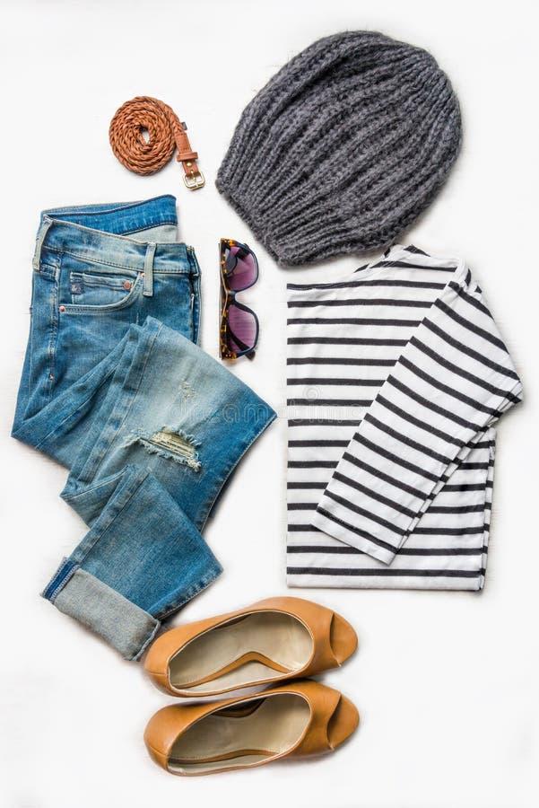 Collage d'ensemble femelle d'habillement Jeans déchirés, chemisier rayé, chaussures brunes de talons hauts et accessoires au-dess photos stock