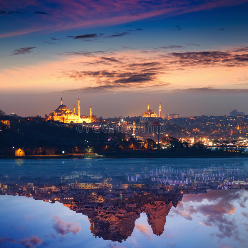 Collage de coucher du soleil rougeoyant à Istanbul et dans Uchisar, Turquie photo stock