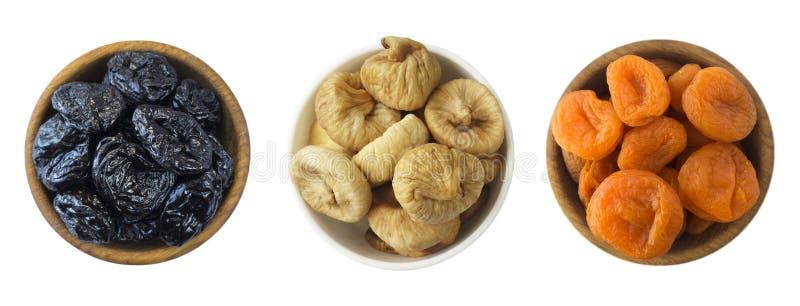 Collage de diversas frutas secadas Pasas secadas, albaricoques secados, higos aislados en el fondo blanco Visión superior Aislant imágenes de archivo libres de regalías