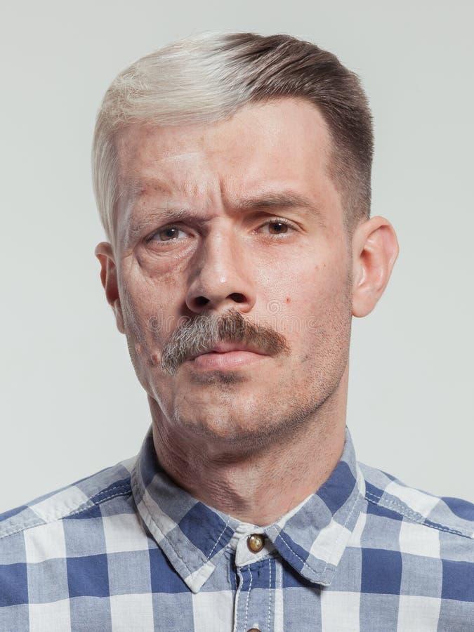 Collage de dos retratos del mismo viejo hombre y de hombre joven Elevación de cara, envejecimiento y concepto del skincare fotos de archivo libres de regalías
