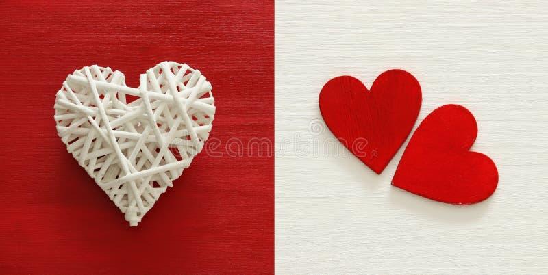 Collage de fond de jour de valentines Coeurs blancs et rouges Vue supérieure photographie stock