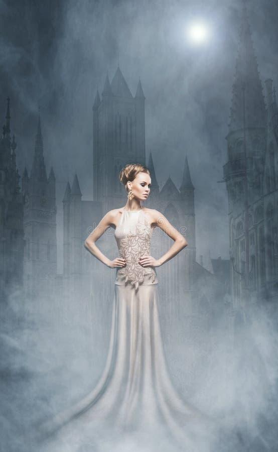 Collage de Halloween con un vampiro atractivo en un fondo de la noche imagen de archivo