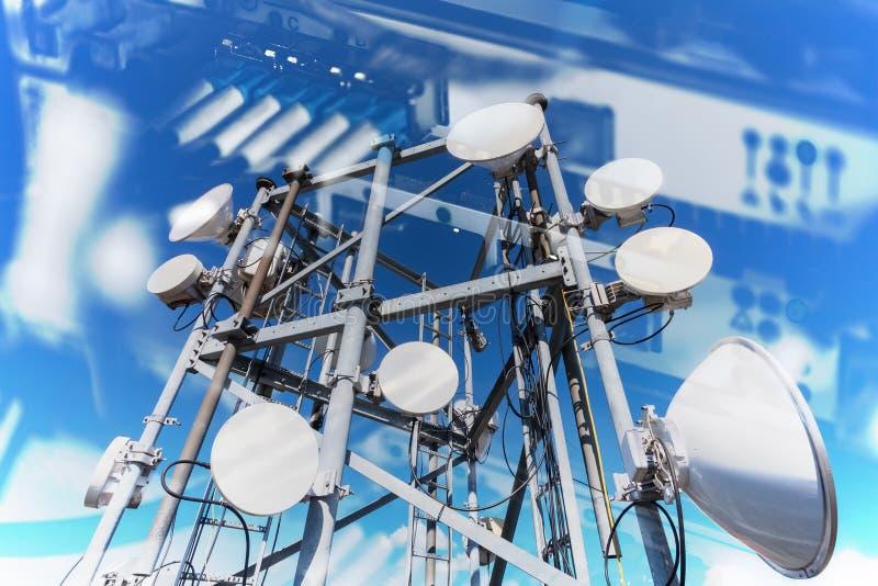 Collage de Internet, de comunicaciones y del concepto de la red con las imágenes de la transferencia de datos por informatio de f fotos de archivo
