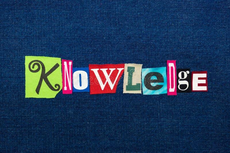 Collage de la CONNAISSANCE de texte de mot, tissu coloré multi sur le denim bleu, sagesse et concept de perception images stock