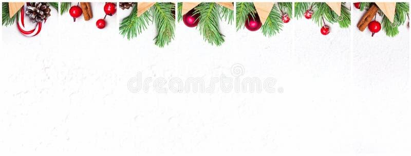 Collage de la decoraci?n de la Navidad Composición fijada con la rama verde del abeto de Navidad, las bayas rojas del acebo y las fotografía de archivo libre de regalías