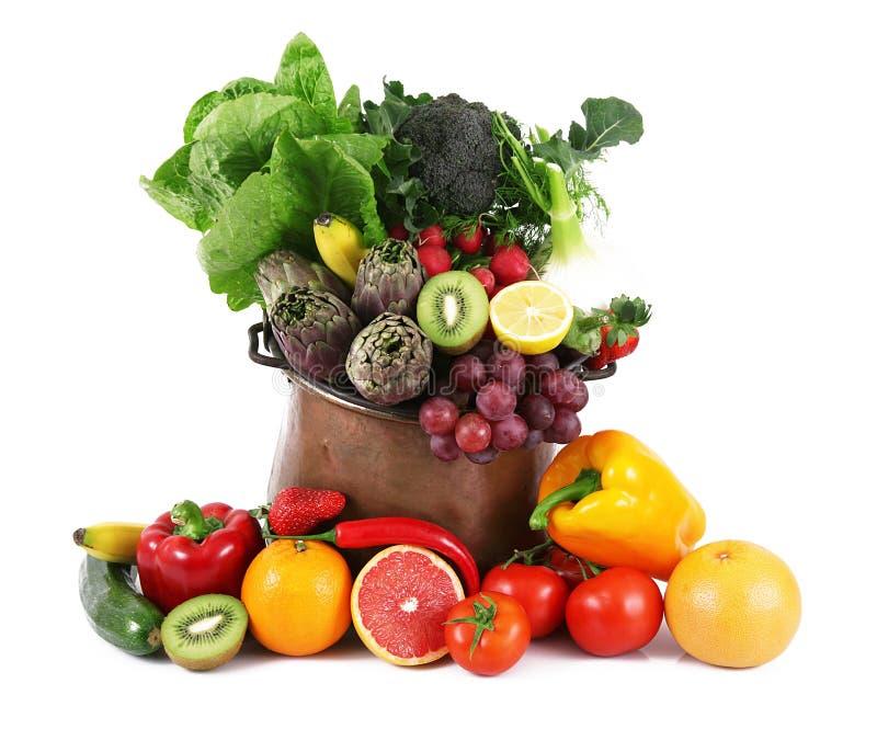 Collage de la fruta y verdura en el pote en el fondo blanco imágenes de archivo libres de regalías