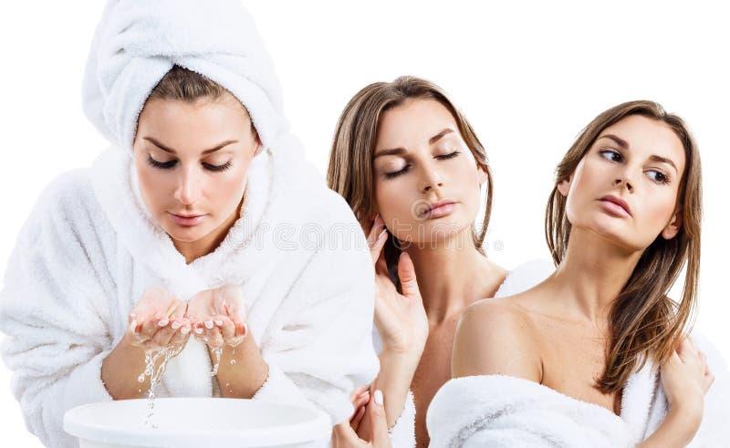 Collage de la mujer joven en cara que se lava de la albornoz con el agua potable fotos de archivo