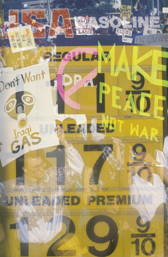 Collage de los precios de la gasolina y de las muestras de la protesta imagen de archivo libre de regalías