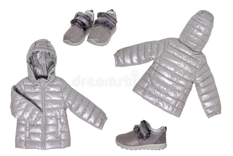 Collage de ropas de niñita aisladas en un fondo blanco Una elegante y acogedora chaqueta gris plateado para los niños y un fotos de archivo