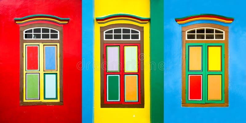 Collage de 3 ventanas coloridas en una casa en la poca India, Singapur imágenes de archivo libres de regalías