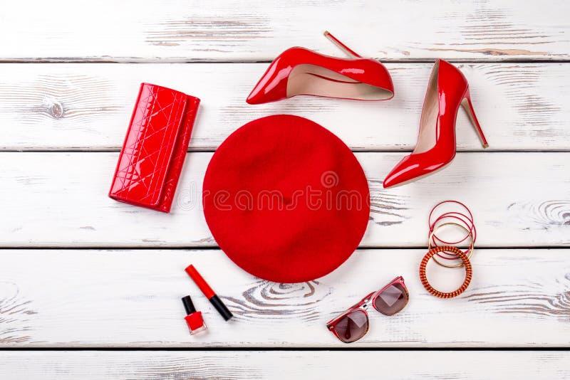 Collage degli accessori di modo rossi femminili immagine stock libera da diritti