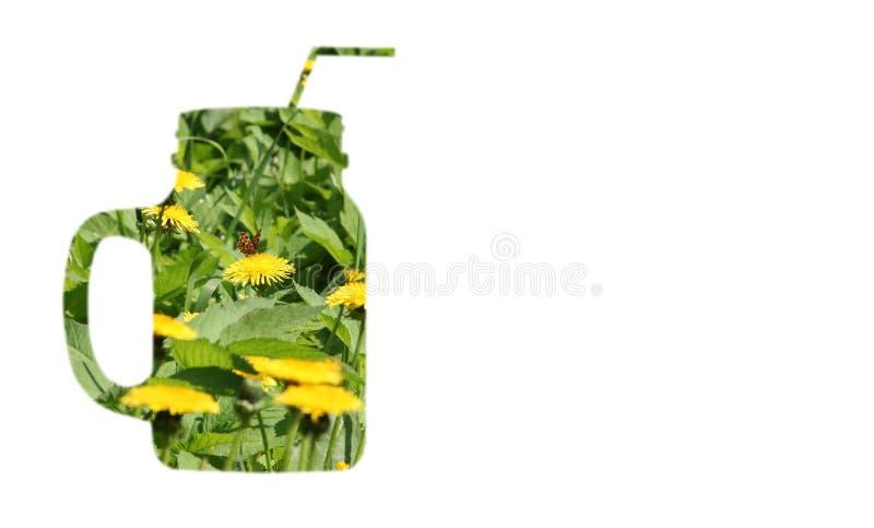 Collage del campo de los dientes de león florecientes de las hierbas con la mariposa con la forma de una taza del smoothie, fondo imagen de archivo libre de regalías