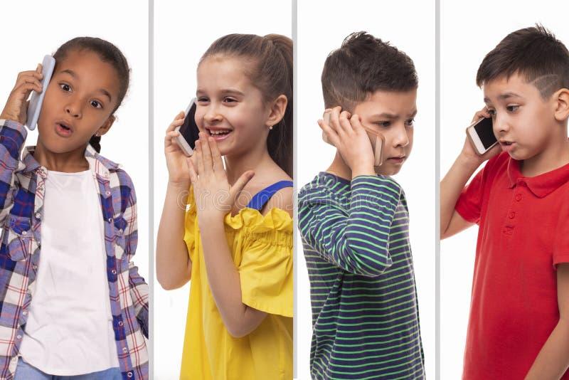 Collage del estudio de los schoolchilds sonrientes de diversas razas que hablan en el teléfono en un fondo blanco foto de archivo