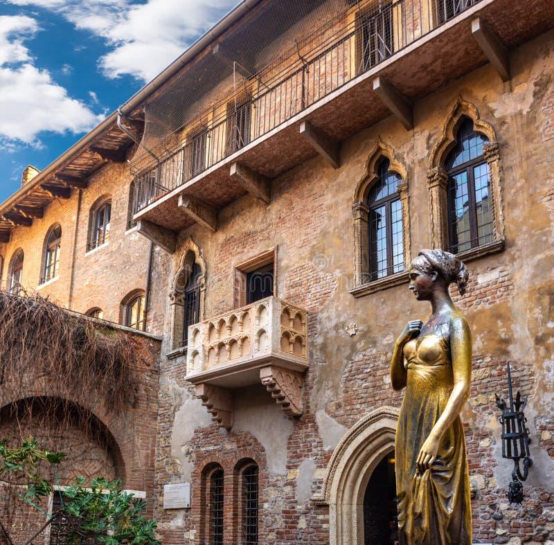 Collage delle foto, della statua bronzea di Juliet e del balcone di Juliet & di Romeo, Verona Italy fotografia stock