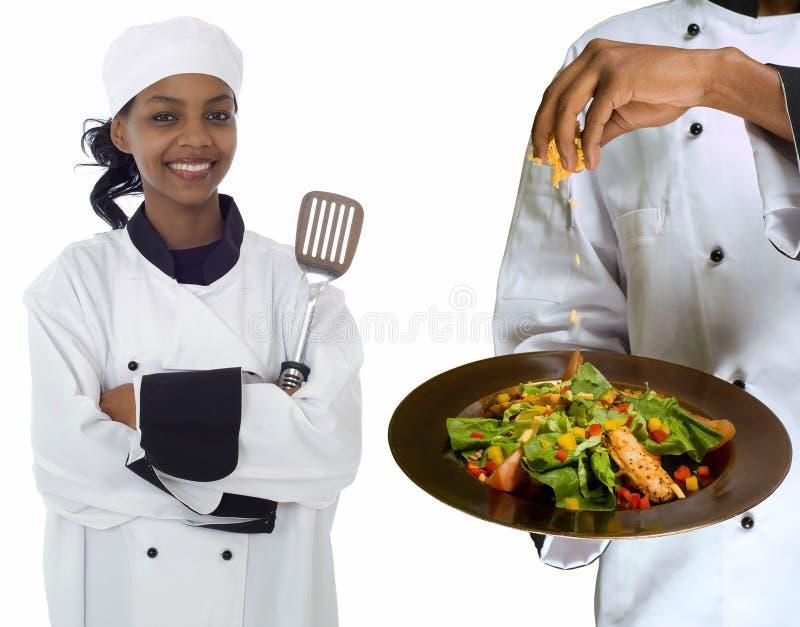 Collage des Chefs und des spritzen Käses auf Salat lizenzfreies stockfoto