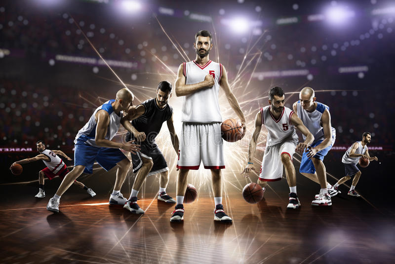 Collage des joueurs de basket dans l'action sur l'arène grande photos libres de droits