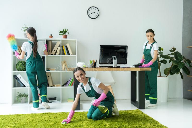collage di giovane pulizia di pulizia professionale del lavoratore della società fotografia stock
