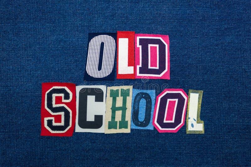 Collage för GAMMAL SKOLA av ordtext, mång- kulört tyg på blå grov bomullstvill, pre teknologitappningbegrepp royaltyfri bild