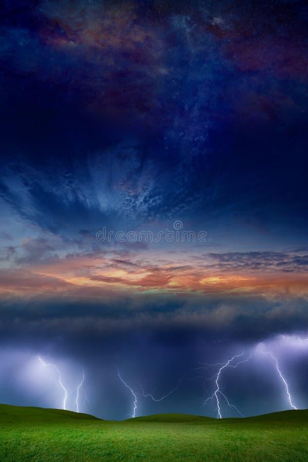 Collage fantastique - foudres dans le ciel orageux, le coucher du soleil rougeoyant et l'espace étoilé images stock