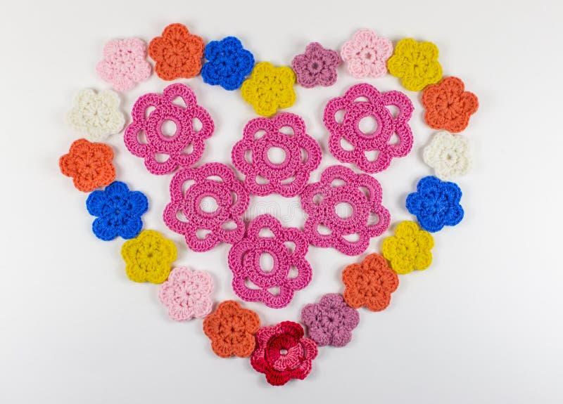 Collage a forma di del cuore lavorato all'uncinetto di lana fotografia stock