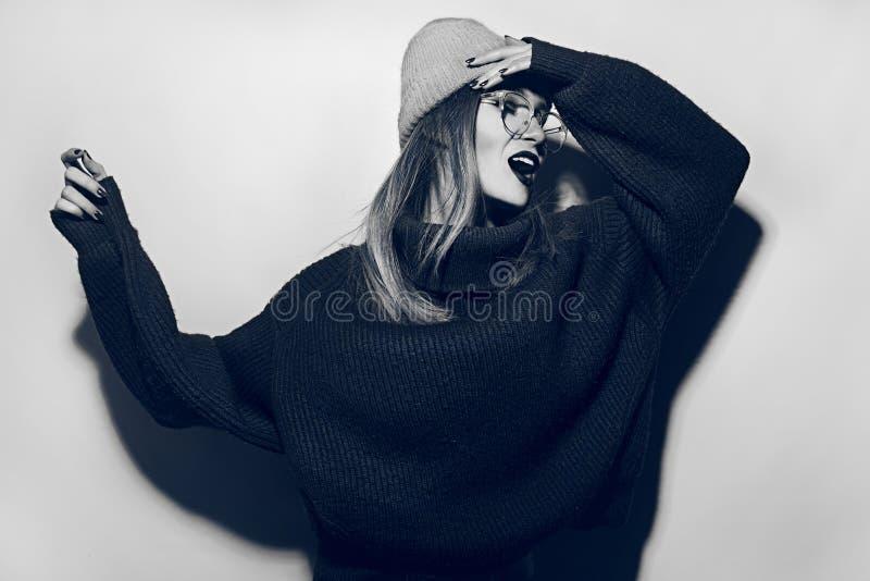Collage i tidskriftstil Galen flicka i svart tröja, exponeringsglas och hatt skri för modeflicka för härlig ljus brunett ser den  arkivbilder