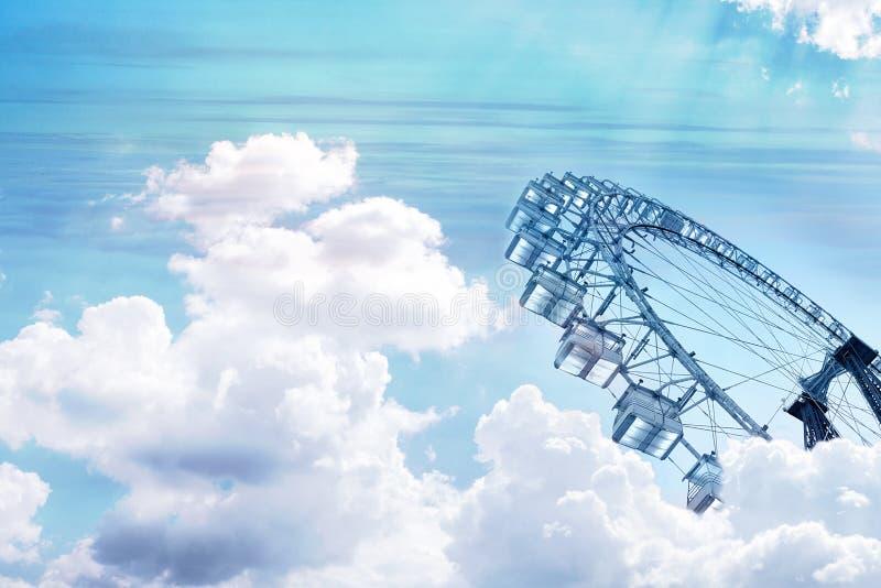 collage Immagine monocromatica di una ruota di ferris vista attraverso le nuvole bianche su un cielo del turchese fotografia stock libera da diritti