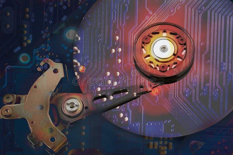 Collage, la imposición del disco duro y la placa madre, c stock de ilustración