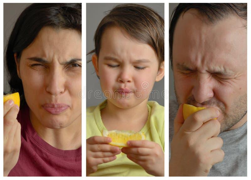 Collage met familie die citroen eten en dwaze gezichten maken stock fotografie
