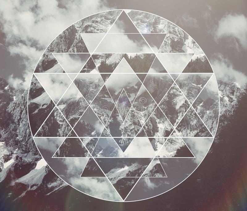 Collage mit den Bergen gestalten und das heilige Geometriesymbol shri yantra landschaftlich stockfotografie