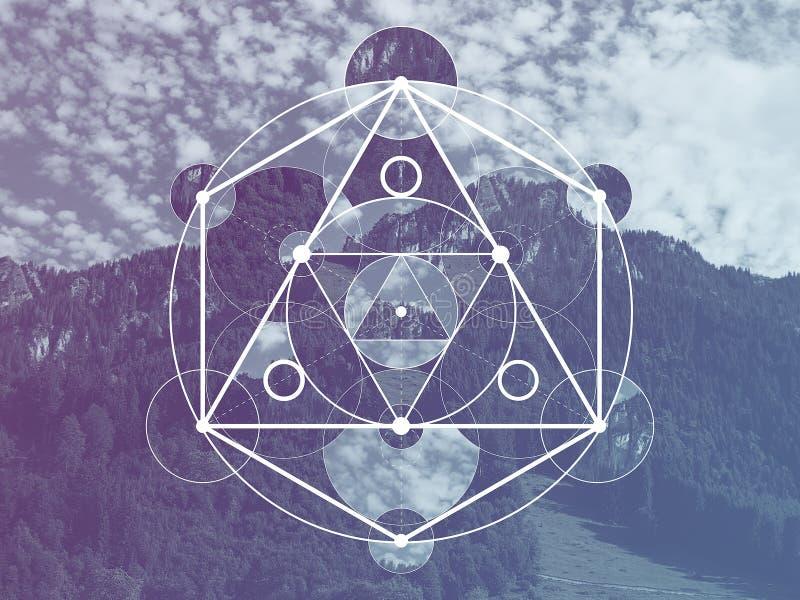 Collage mit den Bergen und der Wald und das heilige Geometriesymbol lizenzfreie stockfotos