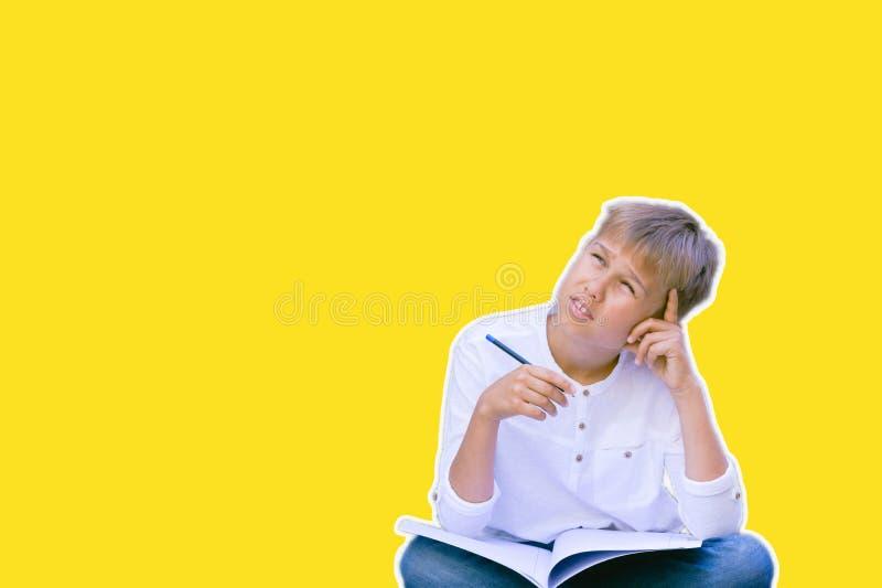 Collage nello stile della rivista Bambino che impara, pensando sopra il fondo giallo fotografia stock libera da diritti