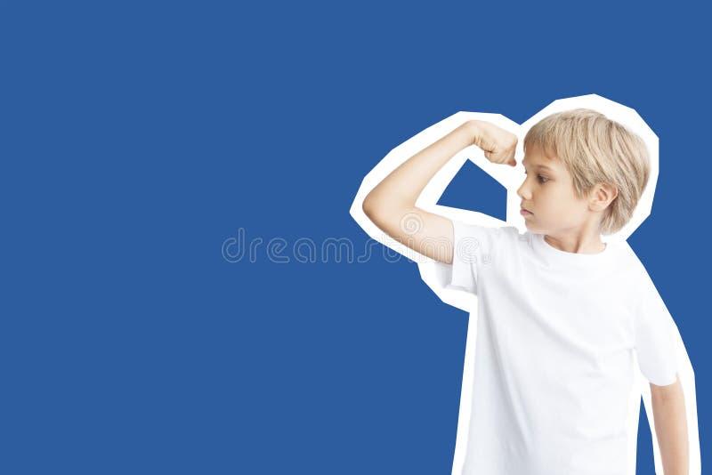 Collage nello stile della rivista e nello stile di Pop art Ragazzo che mostra la sua forza muscolare del bicipite della mano su f fotografie stock libere da diritti