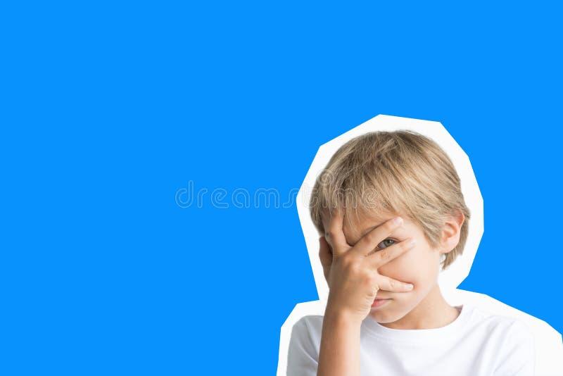 Collage nello stile della rivista Emozioni del bambino, gesto di pensiero sopra fondo blu immagini stock