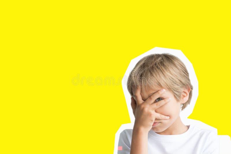 Collage nello stile della rivista Emozioni del bambino, gesto di pensiero sopra fondo giallo immagine stock libera da diritti