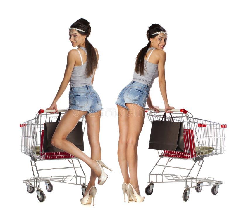 Collage som ler kvinnor som poserar bredvid en tom iso för shoppingvagn arkivfoton