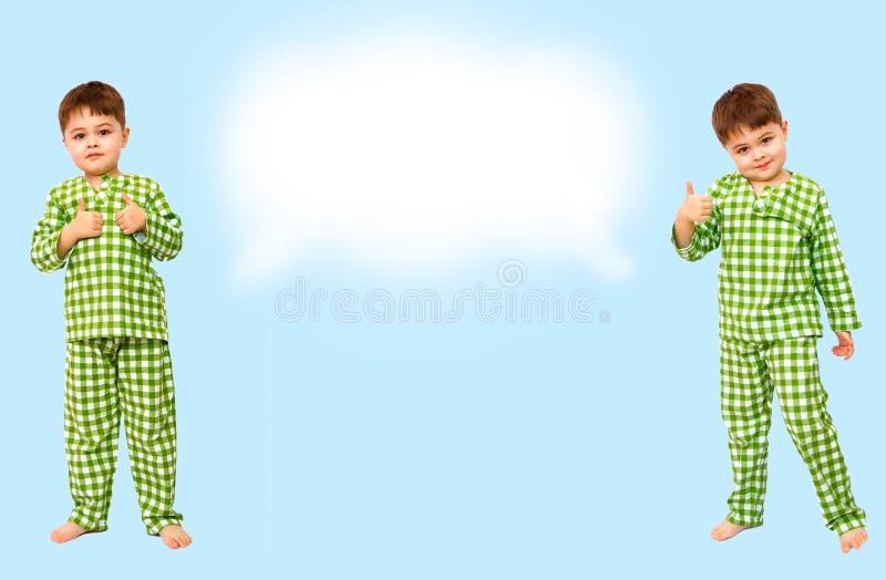 collage Stellung des kleinen Jungen in den Pyjamas, die Zeichen der Zustimmung zeigen, m?gen stockfoto