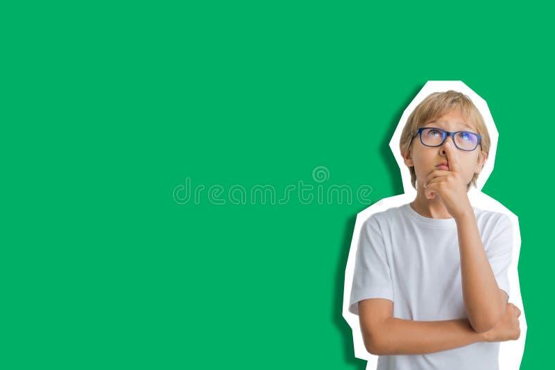 Collage in tijdschriftstijl op groene achtergrond Kindemoties Omhooggaand en jongen die kijken denken royalty-vrije stock foto