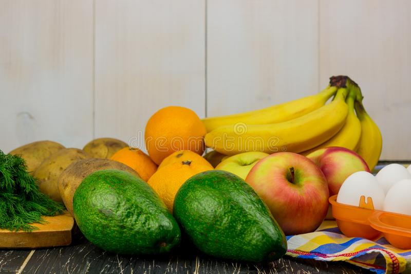 Collage und reife Obst und Gemüse auf weißem Hintergrund Freier Platz für Text stockbild