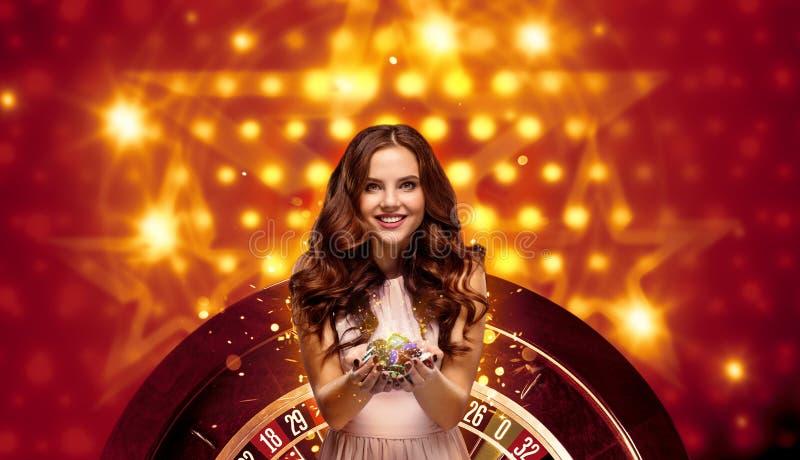 Collage van casinobeelden met roulette en vrouw met spaanders in handen stock afbeelding