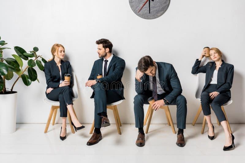 collage van jonge bedrijfsmensen die koffie houden om te gaan en op stoelen wachten royalty-vrije stock fotografie