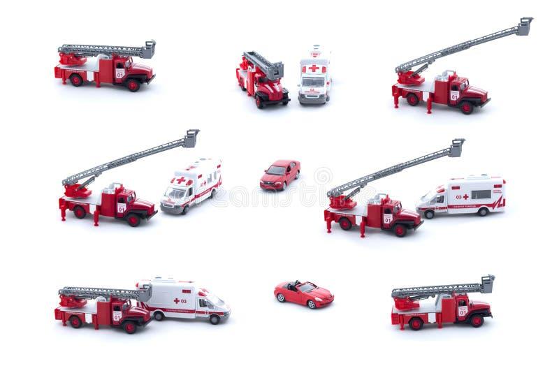 Collage van stuk speelgoed Brandvrachtwagen, Ziekenwagen en rode die auto op witte achtergrond wordt geïsoleerd royalty-vrije stock fotografie