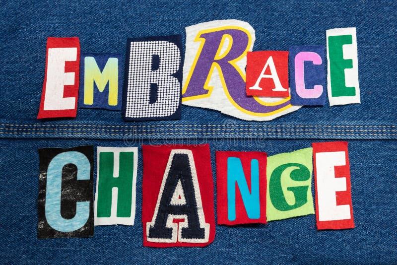 Collage variopinto di parola del CAMBIAMENTO di ABBRACCIO dalle lettere tagliate su denim, sviluppo della maglietta di abilità immagini stock