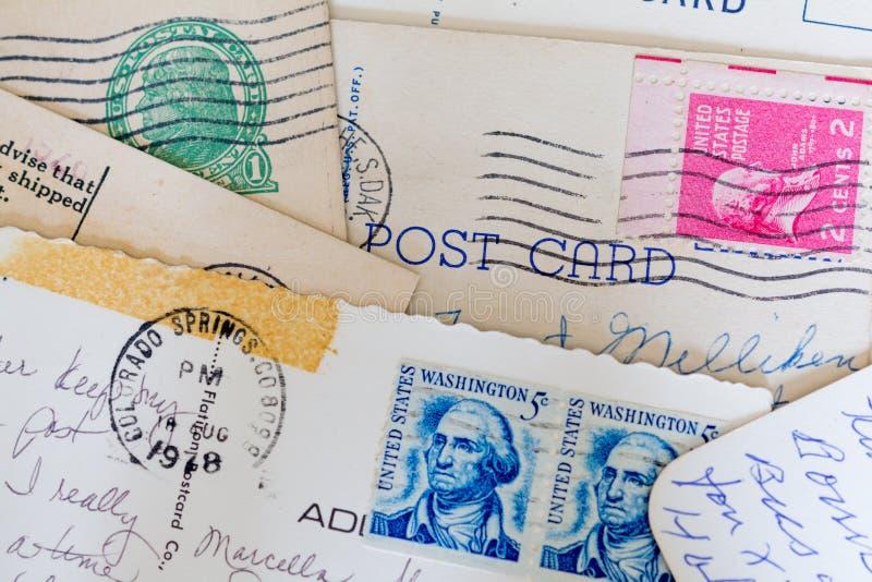 Collage von alten Postkarten und von Stempeln lizenzfreie stockfotografie