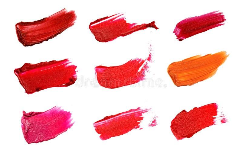 Collage von dekorativen Kosmetikfarbbürsten-Lippenstiftanschlägen auf weißem Hintergrund Schönheit und Make-upkonzept stockbild