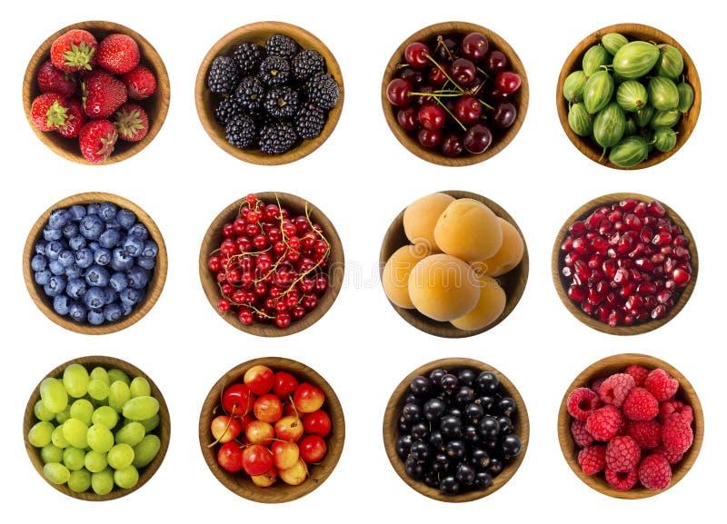Collage von den Früchten und von Beeren lokalisiert auf einem weißen Hintergrund Beschneidungspfad eingeschlossen stockfotos