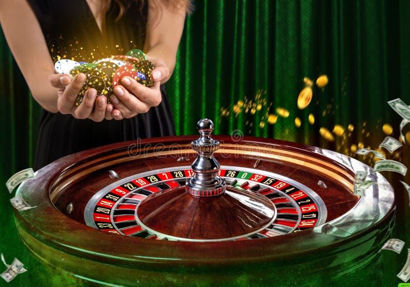 Collage von Kasinobildern mit einem vibrierenden Bild der Nahaufnahme des mehrfarbigen Kasinoroulettetischs mit Pokerchips in der lizenzfreie stockfotos
