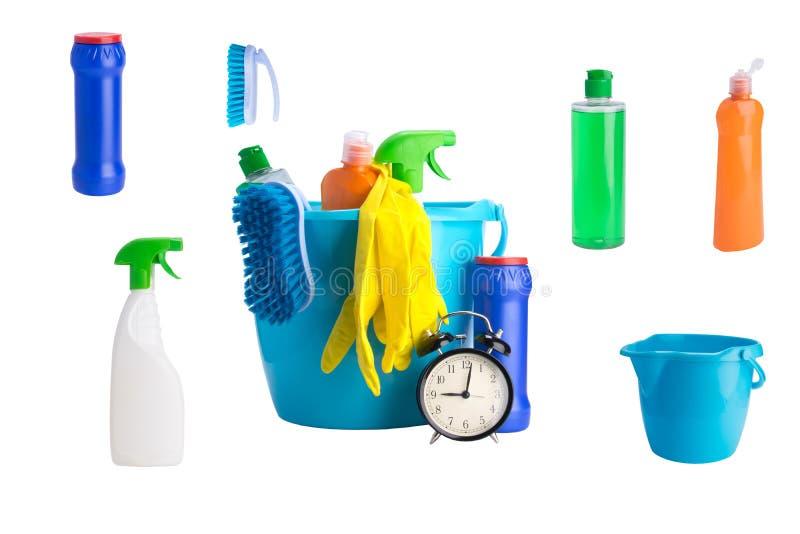 Collage von mehrfarbigen Flaschen Reinigungsprodukten auf einem weißen Hintergrund und einem schwarzen Wecker stockfoto