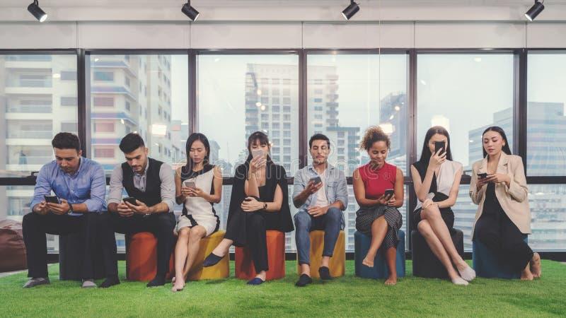 Collagebegrepp av olikt lyckligt folk i tillf?llig stil och olik ?lderinnehavmobiltelefon som kontrollerar och anv?nder budb?rare royaltyfri foto