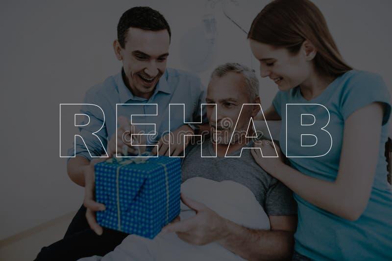 Collagen-Rehabilitations-Junge verbinden geben dem Patienten Geschenk lizenzfreie stockbilder