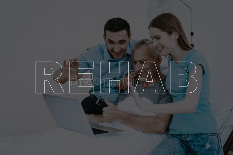 Collagen-Rehabilitations-Leute-Video, das im Krankenhaus plaudert lizenzfreie stockfotografie
